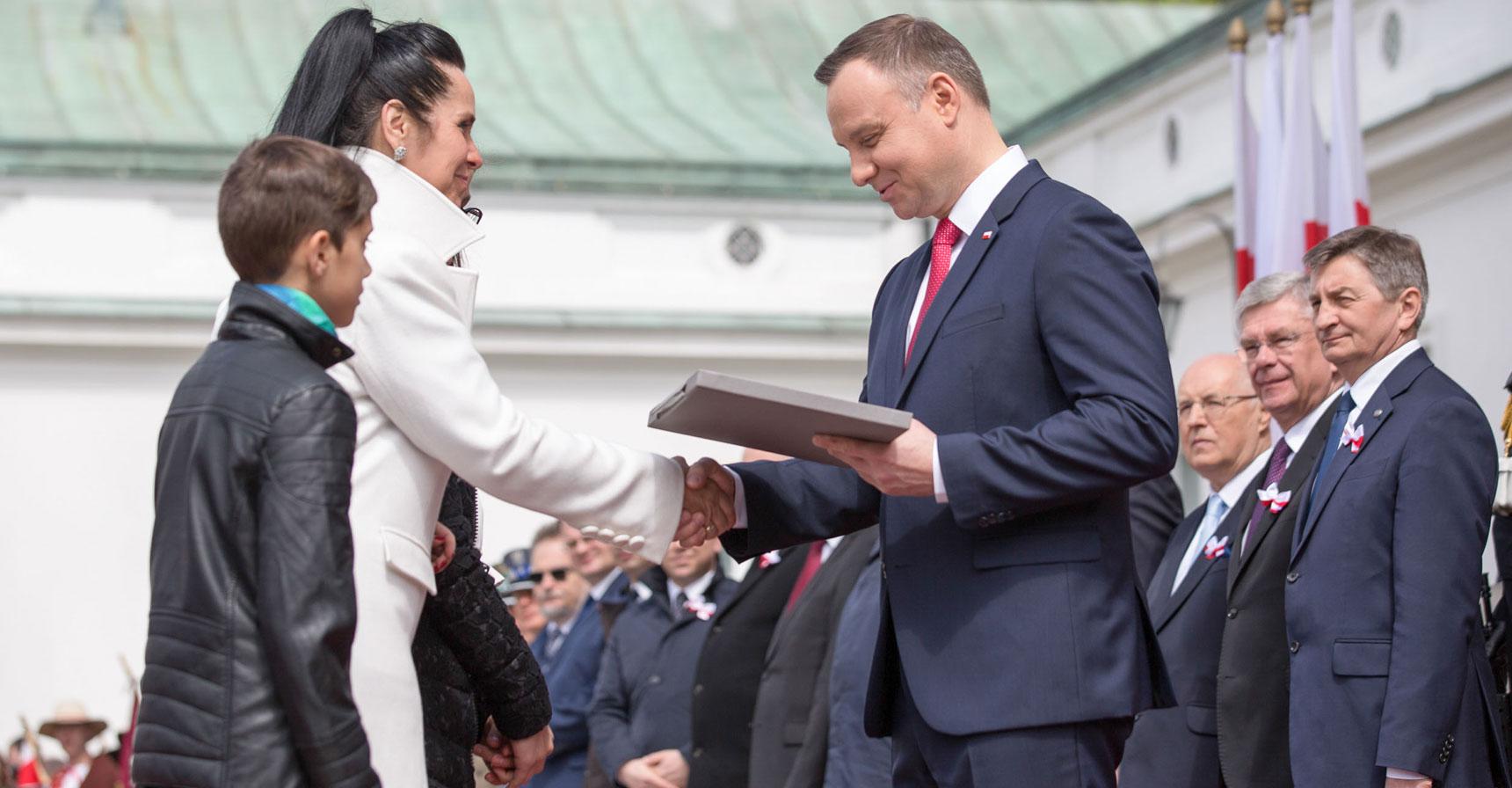 http://www.anders-szkolapolska.it/il-presidente-andrzej-duda-consegna-la-bandiera-alla-scuola-anders/