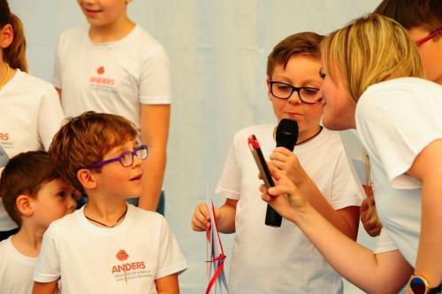 dziecko mowi przez mikrofon anders polacy we wloszech