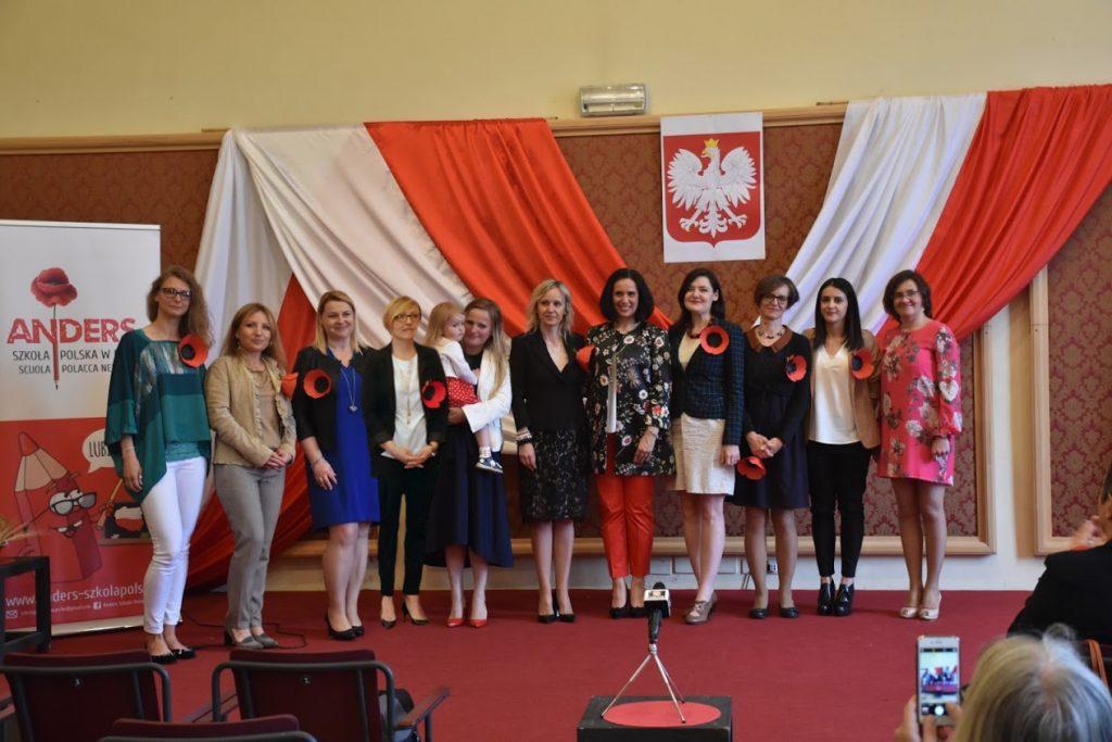 Le insegnanti della Scuola Anders salutano Adam Kwiatwowski, segretario di stato polacco in visita nelle Marche
